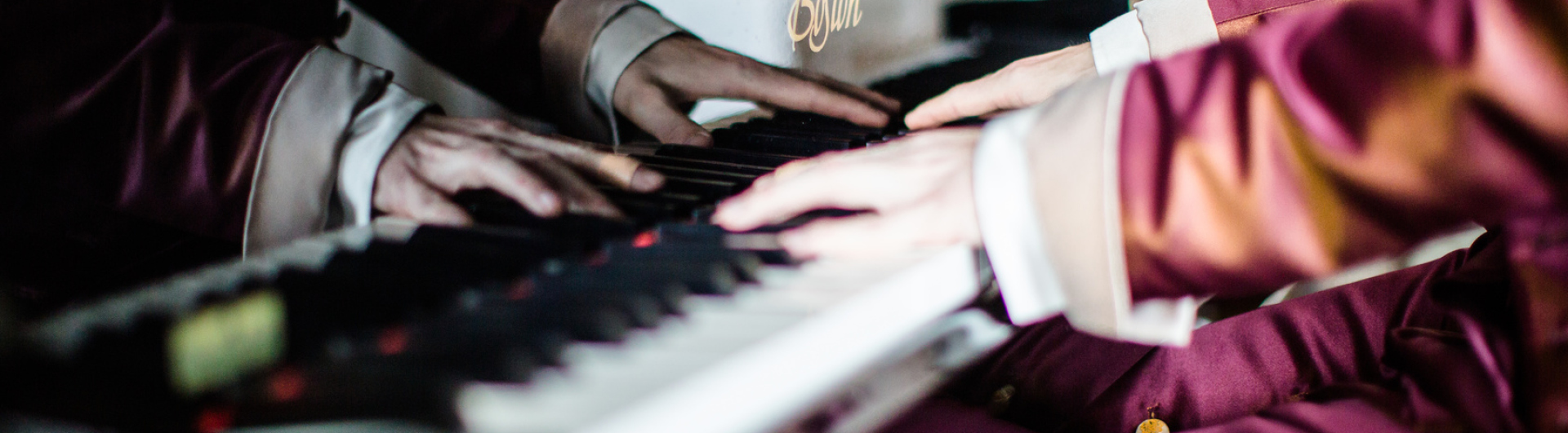 Pianist am Piano spielen
